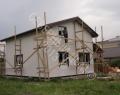 Карксный дом, нанесение декоративной штукатурки выполнено, делается обрамление окон
